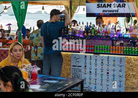 Bar touristique sur la plage de Patong, Phuket, Thaïlande