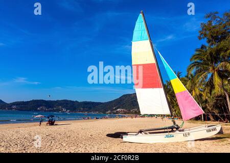 Location de bateau à voile sur la plage de Patong, Phuket, Thaïlande