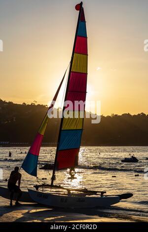 Location de bateau à voile sur la plage de Patong au coucher du soleil, Phuket, Thaïlande
