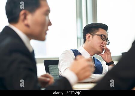 réunion des dirigeants d'entreprises asiatiques au bureau