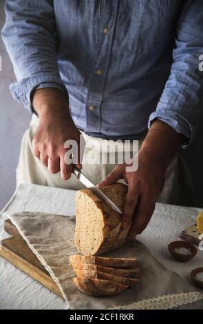 Homme en tranches de pain de levain maison frais