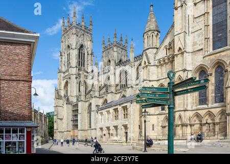York Minster de Minster Yard, York, North Yorkshire, Angleterre, Royaume-Uni