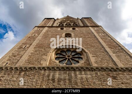 Vue à angle bas sur le clocher de la cathédrale historique en Allemagne Banque D'Images