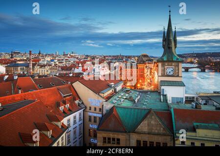 Prague, République tchèque - 9 mars 2019 : vue en soirée de la tour d'eau de la vieille ville et de la rivière Vltava. Banque D'Images
