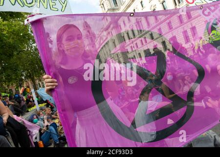 Vue d'un manifestant à travers une bannière lors de la manifestation de la rébellion d'extinction, Parliament Square, Londres, 1er septembre 2020
