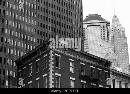 New York City, USA - 7 octobre 2019 : bâtiments anciens et modernes dans le quartier financier de Manhattan. En arrière-plan, vous pouvez voir l'Empire State