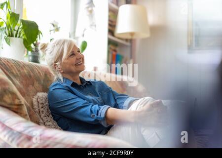 Belle senior woman at home