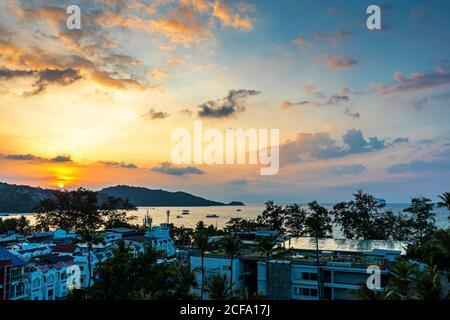 Vue sur le paysage du coucher de soleil sur la mer d'Andaman, Patong Beach, Phuket, Thaïlande