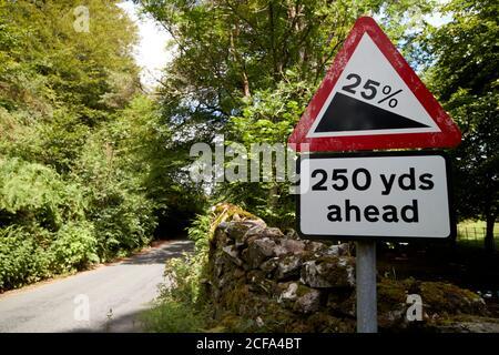 25 % de pente abrupte de la route devant le lac loughrigg de la rive rouge parc national de district cumbria angleterre royaume-uni Banque D'Images