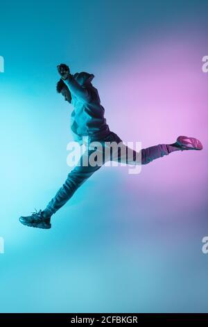 danseur anonyme sautant haut
