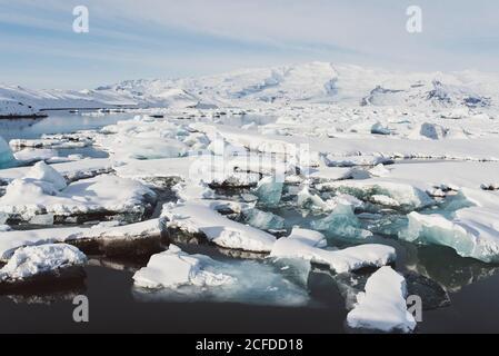 Des flotteurs de glace flottent sur Jokulsarlon, en Islande, en hiver