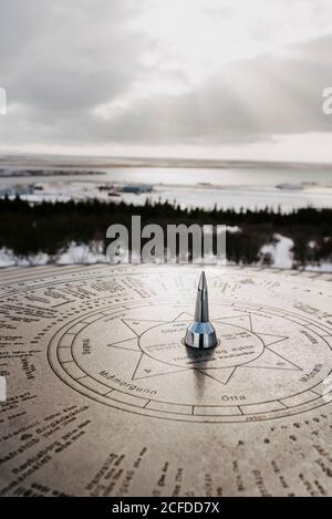 Boussole au soleil, vue sur Reykjavik sur le toit de Perlan, en Islande, en hiver