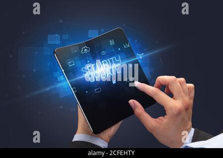 Businessman holding a smartphone pliable avec inscription MISE À JOUR DE SÉCURITÉ, cyber security concept