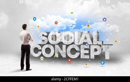 Jeune homme d'affaires debout devant l'inscription DE CONCEPT SOCIAL, concept de médias sociaux