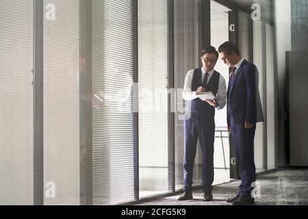 deux dirigeants d'entreprises asiatiques au pouvoir discutant de leurs affaires