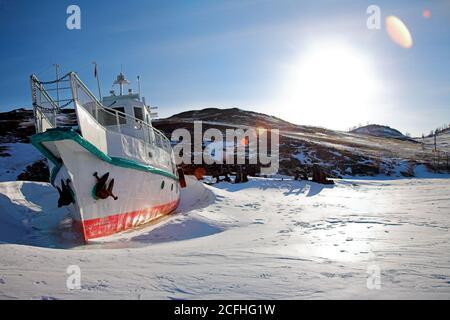 Bateau dans un lac gelé en hiver