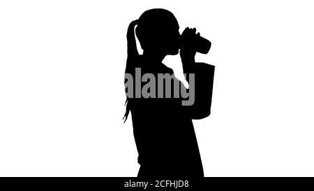 Silhouette femme médecin de boire du café et de la marche.