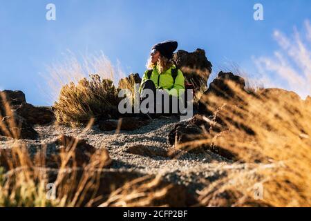 Femme se reposant s'asseoir sur le sol après un trekking excursion - concept de voyage et de randonnée sportive en plein air activité avec les caucasiens enj