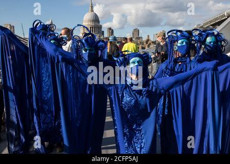 Londres, Royaume-Uni. 6 septembre 2020. Les rebelles bleus traversent le pont du millénaire avec d'autres activistes climatiques de la rébellion océanique et de la rébellion des extinction lors d'une marche Marine d'extinction colorée. Les activistes, qui assistent à une série de manifestations de la rébellion de septembre autour du Royaume-Uni, réclament des protections environnementales pour les océans et appellent à la fin de l'inaction gouvernementale mondiale pour sauver les mers. Crédit : Mark Kerrison/Alamy Live News