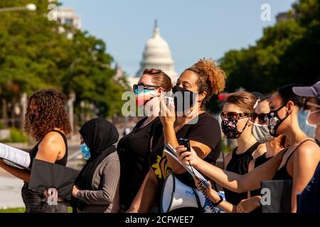 Washington, DC, États-Unis, 7 septembre 2020. En photo : des membres de Songrise et du Chœur de la Justice de DC chantent pendant le Let Freedom Sing, avec le Capitole des États-Unis en arrière-plan. LET Freedom Sing a été une manifestation communautaire et un événement d'inscription des électeurs par la Fondation Freedom Day et le chef de compte. Crédit : Allison C Bailey/Alamy crédit : Allison Bailey/Alamy Live News