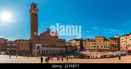Panorama pittoresque du célèbre Palazzo Pubblico (hôtel de ville) avec le clocher Torre del Mangia, dans la Piazza del Campo historique par une journée ensoleillée...