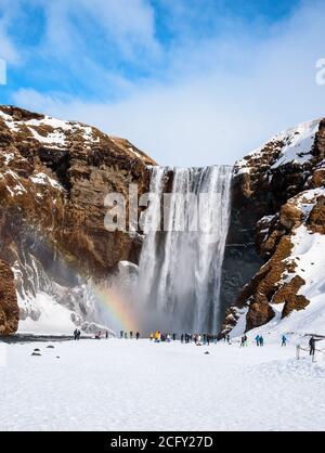 Cascade de Skogafoss avec un arc-en-ciel magique, l'Islande