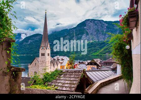 Belle vue sur le paysage du Hallstatt depuis le lac Hallstater See, Autriche ciel nuageux