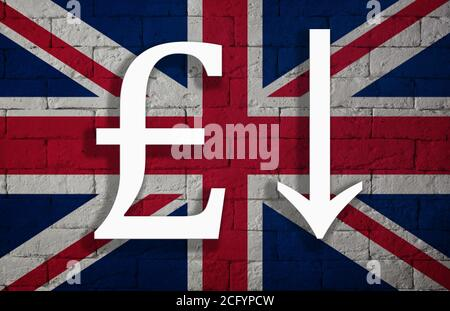 Dépréciation symbolique de la monnaie nationale livre sterling contre le drapeau du pays de l'Angleterre. Concept de dépréciation de la monnaie, économie fal Banque D'Images
