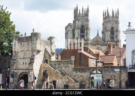 York Minster and Bootham Bar from Exhibition Square, York, North Yorkshire, Angleterre, Royaume-Uni