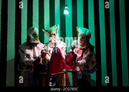 Un spectacle de marionnettes en direct montrant l'histoire de Jésus et de Barrabas par l'artiste Spartacus Chetwynd, sélectionné pour le prix Turner 2012, à Tate Britain à Londres. Banque D'Images