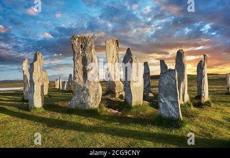 Calanais Standing Stones cercle central en pierre, au coucher du soleil, érigée entre 2900-2600BC mesurant 11 mètres de large. Au centre de l'anneau est un câlin