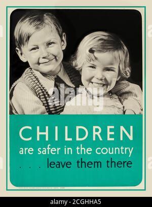 WW2 enfants évacués affiche ancienne deuxième Guerre mondiale affiche de propagande « les enfants sont plus en sécurité dans le pays ... Laissez-les là » avec une image en noir et blanc de deux jeunes enfants souriants en bonne santé, le garçon avec son bras autour d'une fille montrant le frère aîné protégeant sa jeune sœur. L'évacuation au cours de la Seconde Guerre mondiale, connue sous le nom d'opération Piper, a commencé en 1939, organisée par le ministère de la Santé pour protéger les gens contre les bombardements dans les villes en déplaçant plus de 3.5 millions d'évacués vers la sécurité de la campagne et d'autres pays de l'Empire britannique des années 1940, deuxième Guerre mondiale