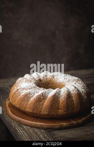 Style rustique Gâteau bundt Apple saupoudrée de sucre glace sur la vieille table en bois