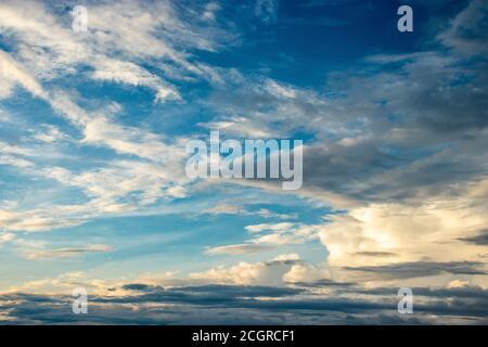 un ciel spectaculaire le soir rempli de nuages est l'image montrant la beauté sereine de la nature.