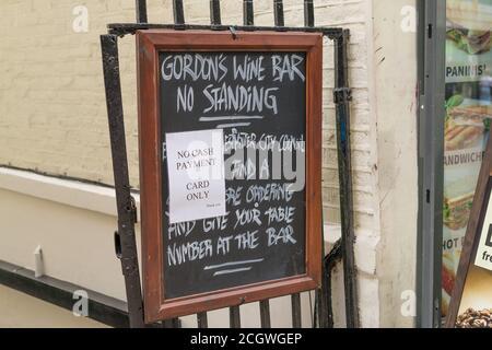 Un panneau devant le bar à vin de Gordon indiquant que le n'accepte pas d'espèces. Londres