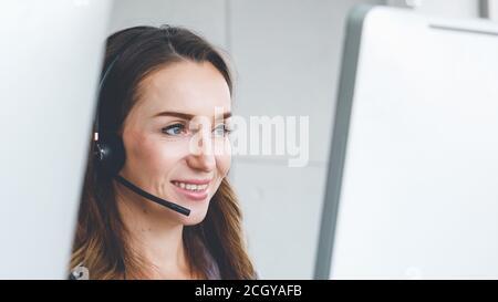 Les professionnels portant un micro-casque travaillant au bureau pour aider les clients ou collègues distants. Centre d'appels, télémarketing, agent d'assistance clientèle fournissent un service de vidéoconférence par téléphone. Banque D'Images