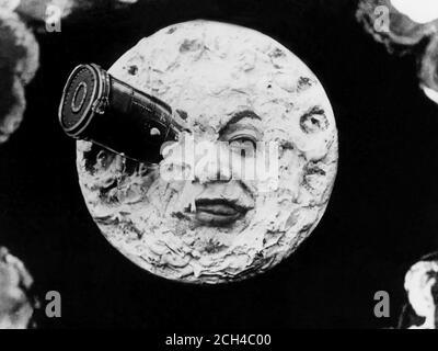 1902 , FRANCE : le film UN VOYAGE SUR LA LUNE ( LE VOYAGE DANS LA LUNE - Viaggio nella Luna ) par le célèbre réalisateur français GEORGES MELIES ( Méliès , 1861 - 1938 ). Arrêter l'image de la cellule de film . - CINÉMA MUTO - FILM SILENCIEUX - FILM - LUNA - FANTASCIENZA - OCCHIO - EYE - SCIENCE FICTION - NAVICELLA SPAZIALE -- ARCHIVIO GBB Banque D'Images