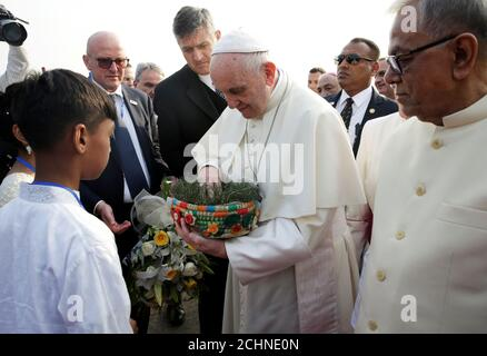 Le pape François est accueilli après son arrivée à l'aéroport de Dhaka, au Bangladesh, le 30 novembre 2017. À droite se trouve le président du Bangladesh, Abdul Hamid. REUTERS/Max Rossi