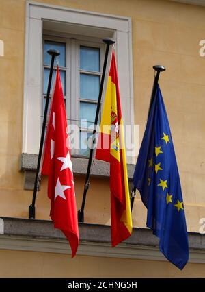 Ministère des Sports, de la transparence et porte-parole du gouvernement Communauté de Madrid drapeaux sur un bâtiment du gouvernement Madrid Espagne Banque D'Images