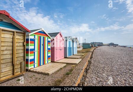 Plage typique de bord de mer huttes sur la promenade à Budleigh Salterton, une petite ville de la côte sud avec une plage de poney à l'est du Devon, dans le sud-ouest de l'Angleterre
