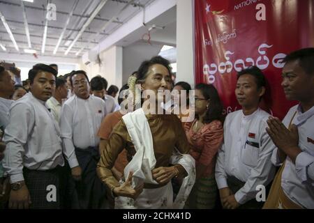 Aung San Suu Kyi (C), leader pro-démocratique du Myanmar, arrive au siège du parti de la Ligue nationale pour la démocratie (NLD) pour assister à la 68e Journée de l'indépendance du Myanmar à Yangon le 4 janvier 2016. REUTERS/SOE Zeya Tun
