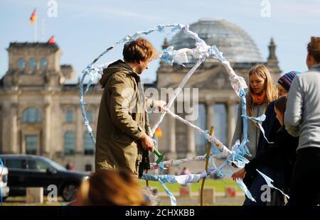 Les gens ont installé le symbole de la rébellion d'extinction (XR) dans un camp de fortune de militants du climat à côté du bâtiment du Reichstag à Berlin, en Allemagne, le 6 octobre 2019. REUTERS/Hannibal Hanschke