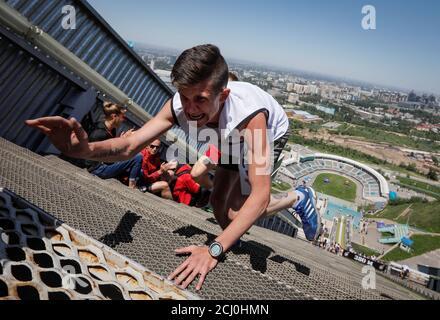 Un athlète termine lors du sprint en montée Red Bull 400 au complexe de saut à ski international Sunkar à Almaty, Kazakhstan, le 20 mai 2018. REUTERS/Shamil Zhumatov Banque D'Images