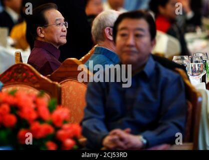 China's Premier Wen Jiabao (L) sits behind Japan's Prime Minister Yoshihiko Noda at the gala dinner as a part of the ASEM Summit in Vientiane November 5, 2012. A high-profile group of leaders and foreign ministers from Asia and Europe arrived at the capital of Laos for the Asia-Europe Meeting (ASEM) summit, held once every two years and scheduled from November 5 to 6. REUTERS/Damir Sagolj (LAOS - Tags: POLITICS)