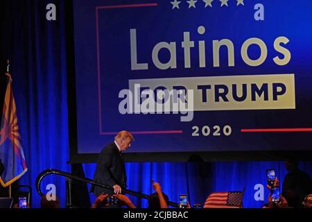 Phoenix, Arizona, États-Unis. 15 septembre 2020. Le président Donald Trump tient une table ronde avec Latinos pour Trump à l'Arizona Grand Resort à Phoenix. Le rassemblement était plutôt un rassemblement de campagne avec très peu de personnes portant des masques ou des distances sociales, ce qui est contraire aux règles Covid de l'Arizona contre le rassemblement à l'intérieur. Crédit : Christopher Brown/ZUMA Wire/Alay Live News Banque D'Images