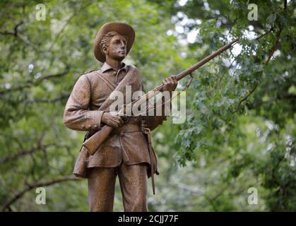 Une statue d'un soldat confédéré surnommé Silent Sam se trouve sur le campus de l'Université de Caroline du Nord à Chapel Hill, Caroline du Nord, États-Unis le 17 août 2017. REUTERS/Jonathan Drake