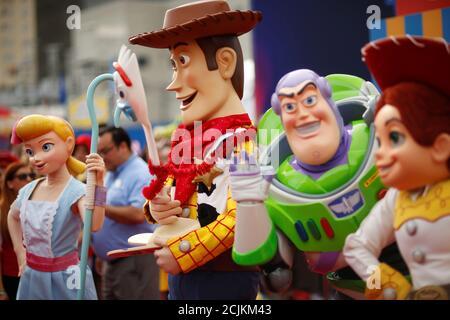 Des personnes en costume comme Bo peep, Woody, Forky, Buzz Lightyear, et Jessie sont vues à la première pour 'Toy Story 4' à Los Angeles, Californie, États-Unis, le 11 juin 2019. REUTERS/Mario Anzuoni
