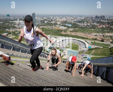 Les athlètes participent au sprint en montée Red Bull 400 au complexe de saut à ski international Sunkar à Almaty, Kazakhstan, le 20 mai 2018. REUTERS/Shamil Zhumatov Banque D'Images