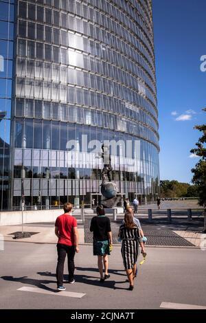 The Post Tower, siège de la société logistique Deutsche Post DHL Group, statue de Mercurus par Markus Luepertz, Bonn, Rhénanie-du-Nord-Westphalie, Germ