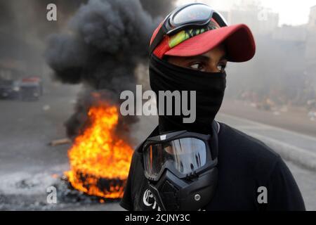 Un démonstrateur irakien est vu à côté de pneus en feu alors qu'il bloque la route lors des manifestations anti-gouvernementales en cours, à Bagdad, en Irak, le 3 novembre 2019. REUTERS/Khalid al-Mousily